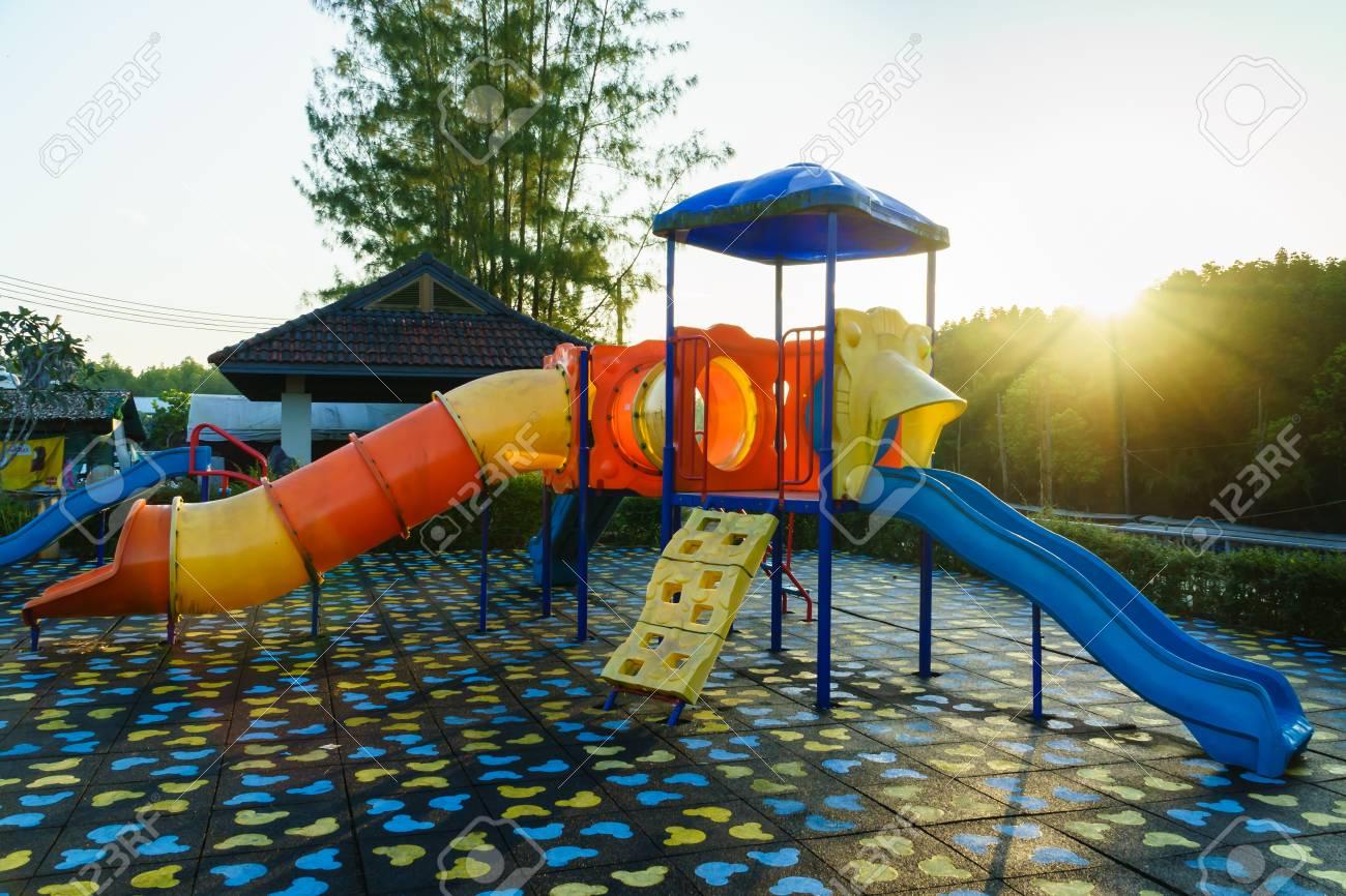 子供遊び場日光の朝時公共の公園で活動。子供たち、スライド、スイング