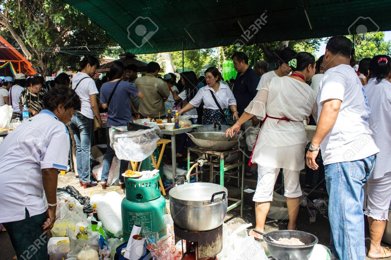 SINGBURI, THAILAND-AUGUST 15: Unidentified woman free food to people who come to make merit at the temple on August 15, 2013.AmpawanTemple Phrom Buri district. Sing Buri Province, Thailand. Stock Photo - 22454208