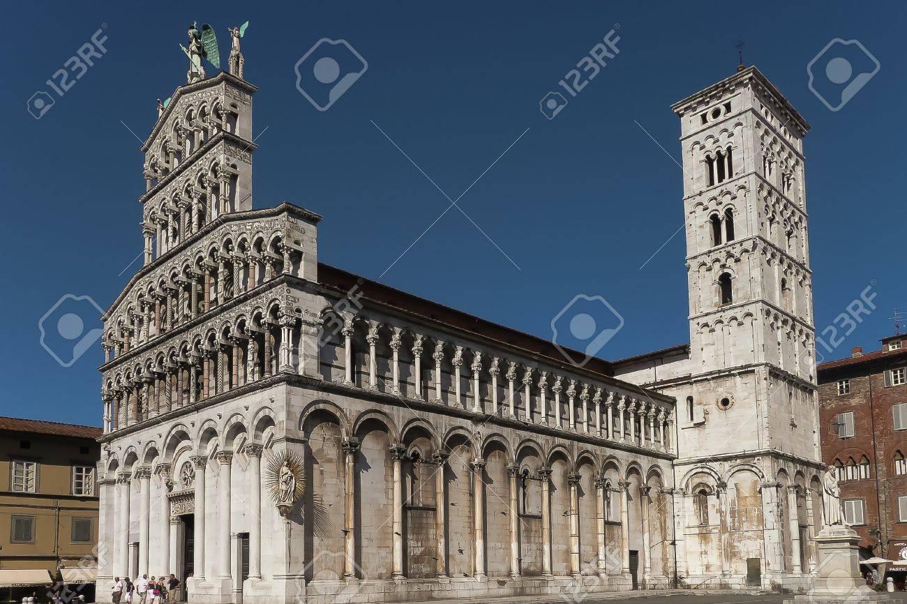 Kathedraal Van Lucca.Volledig Zicht Op De Kathedraal Van Lucca In Toscane Italie