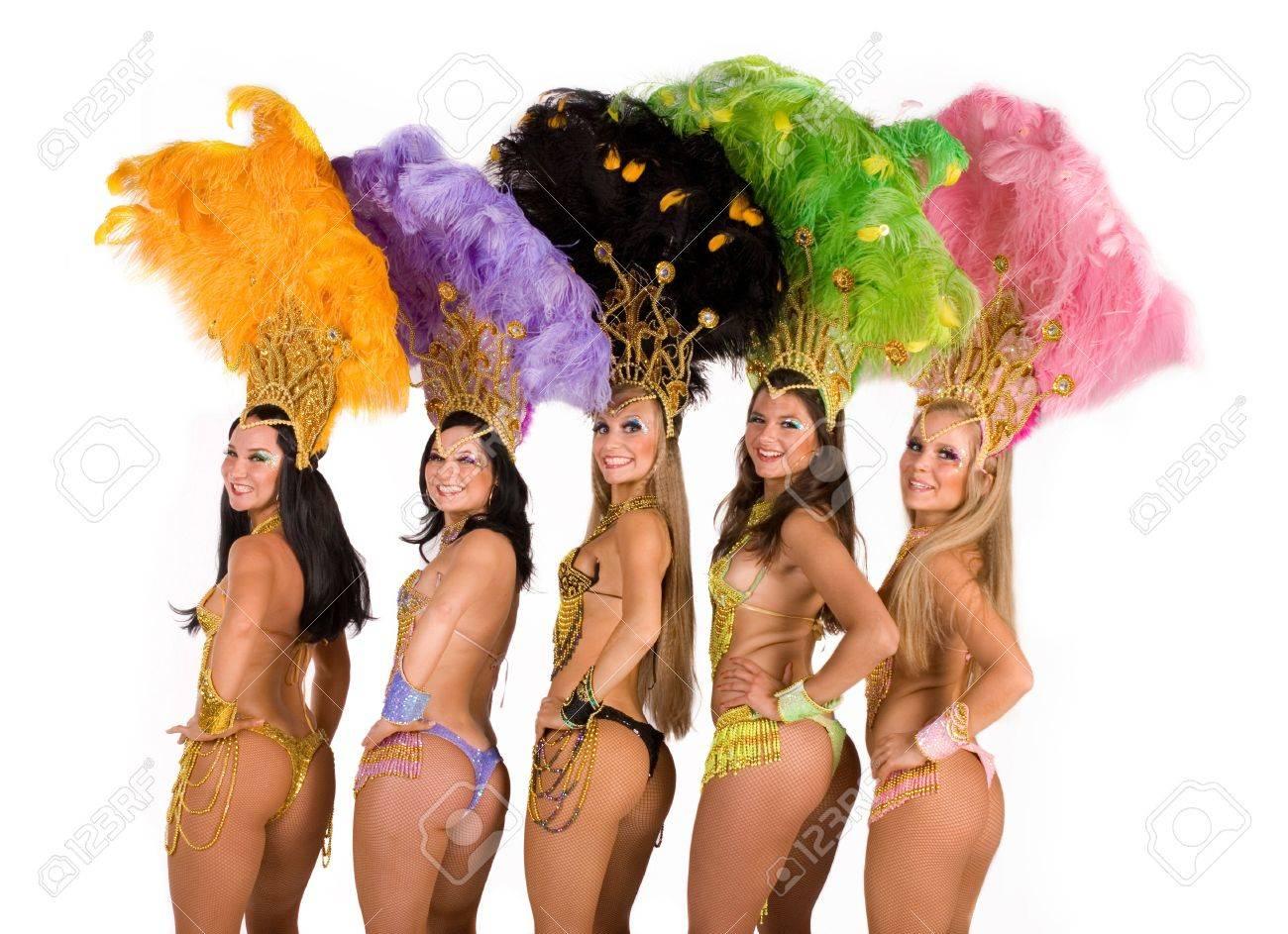 Foto de archivo , Retrato de cinco mujeres jóvenes con trajes de Carnaval contra el fondo blanco