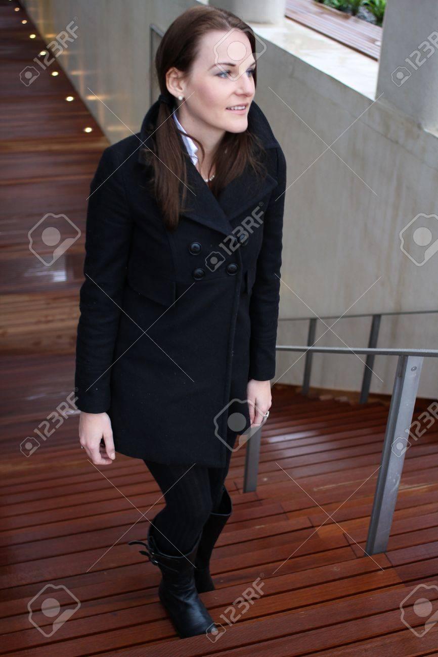 Avec Vêtements Femme Noirs De Séduisante Jeune Monter Des Brunette 8n0kPOw