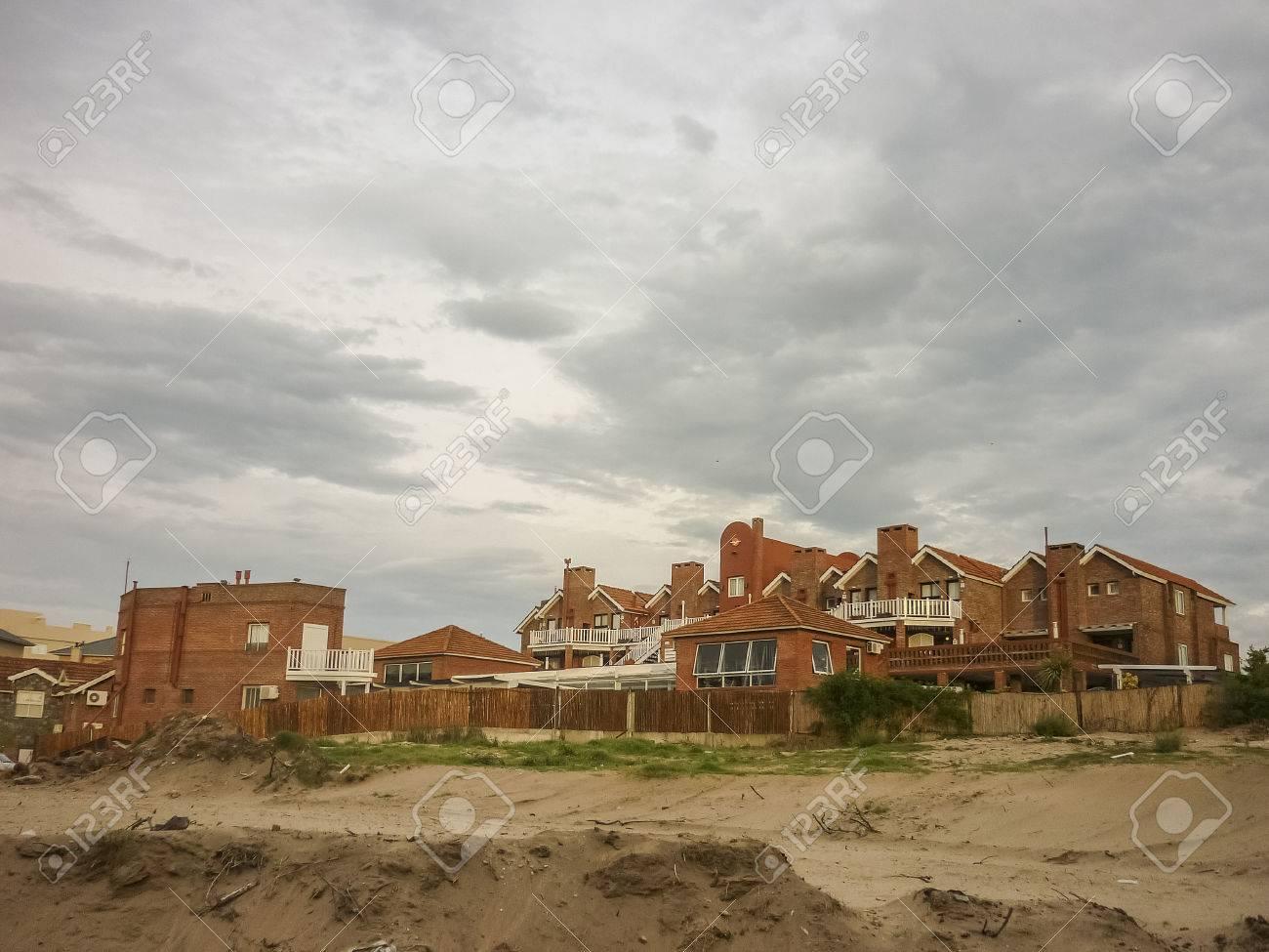 maison a l exterieur de carilo un point d eau de luxe dans la province de buenos aires en argentine banque d images et photos libres de droits image 34676614