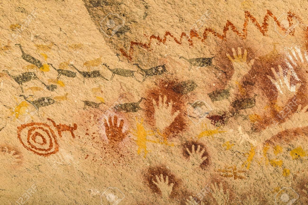 Vista Detallada Del Arte Primitivo Pintado En Roca En Cueva De Las ...