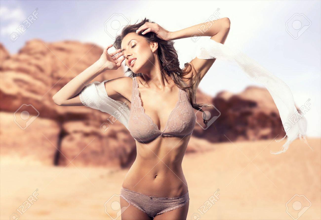 Свела с ума своей грудью 27 фотография