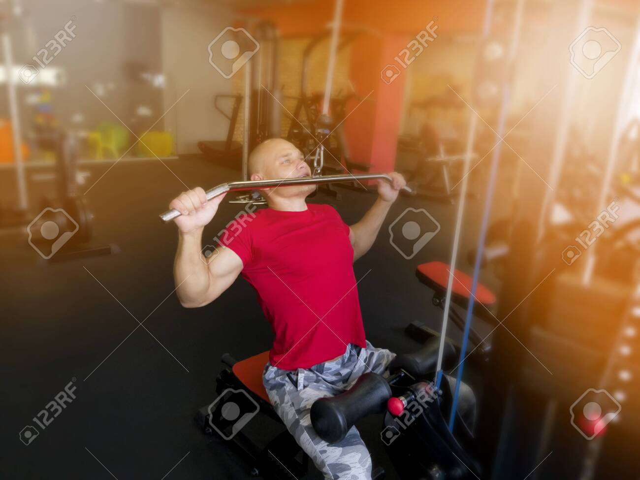 Training in the gym for men - 129769536