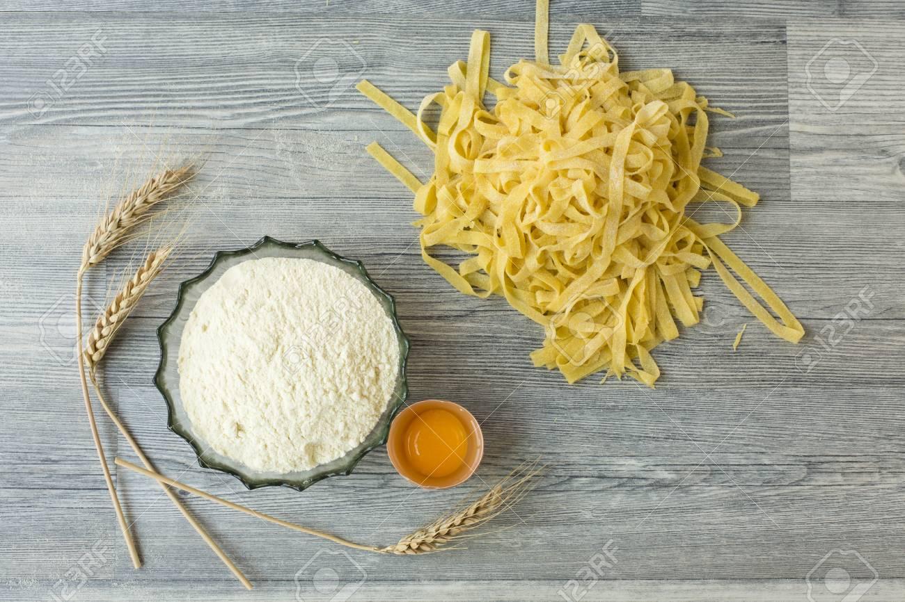 Pasta Fatta In Casa Su Terra Di Legno Foto Royalty Free Immagini