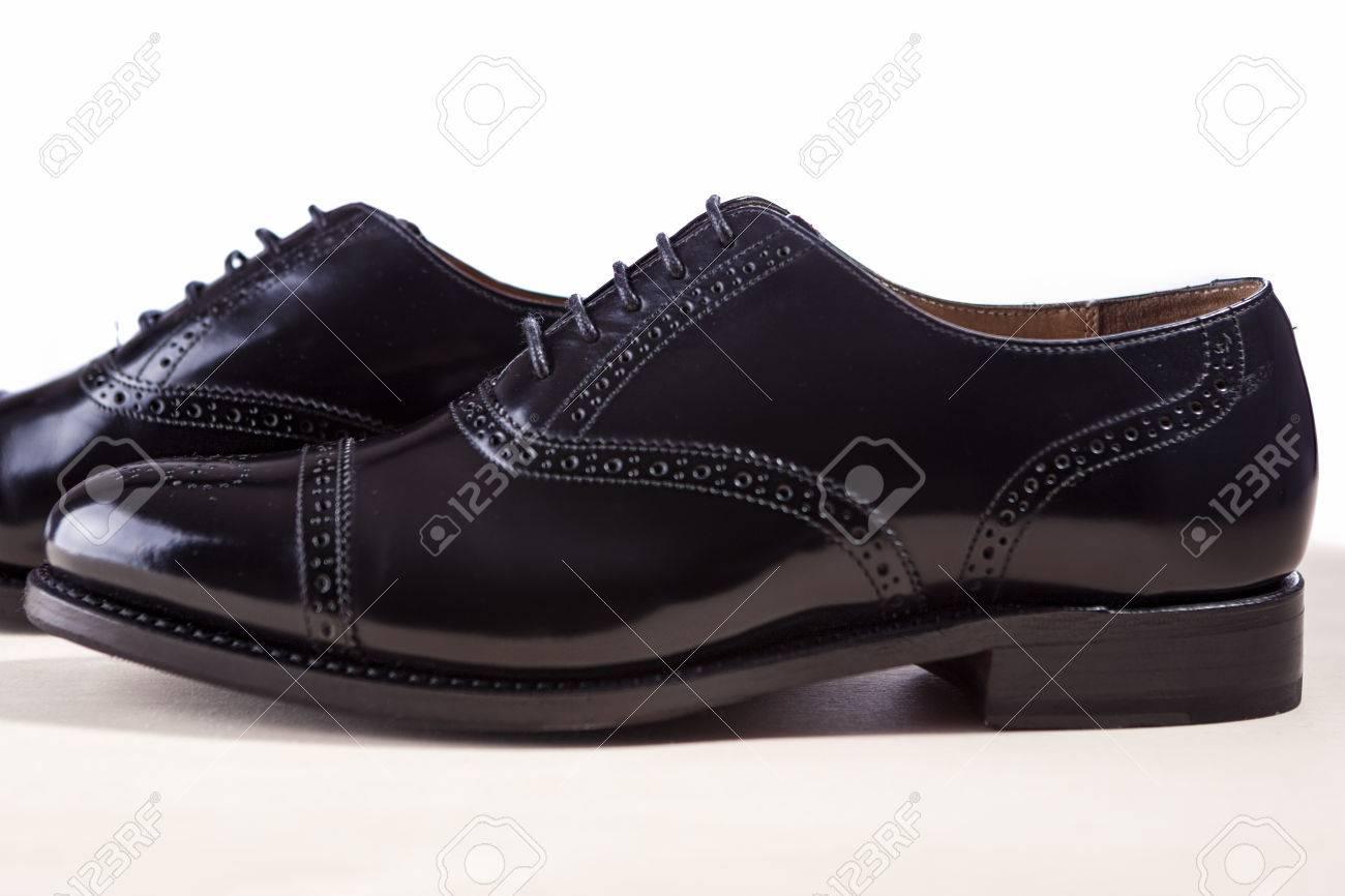 Concepto de calzado de moda para hombre. Par de Oxford Varón de moda Zapatos  Negros f6addbf33016f