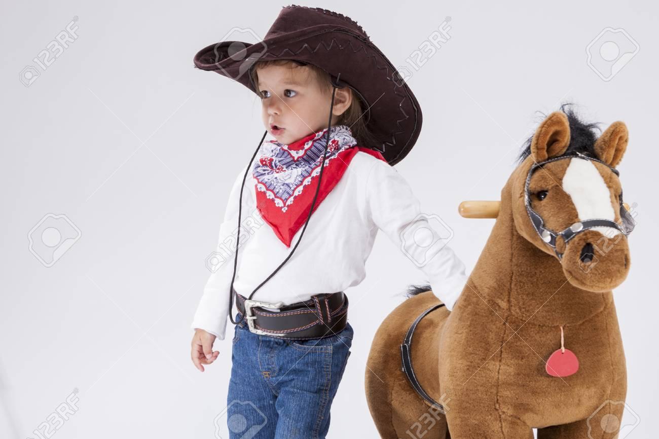 e707ff0567 Consecuencias para niños pequeños. Muchacha caucásica en la ropa de la  vaquera que presenta con