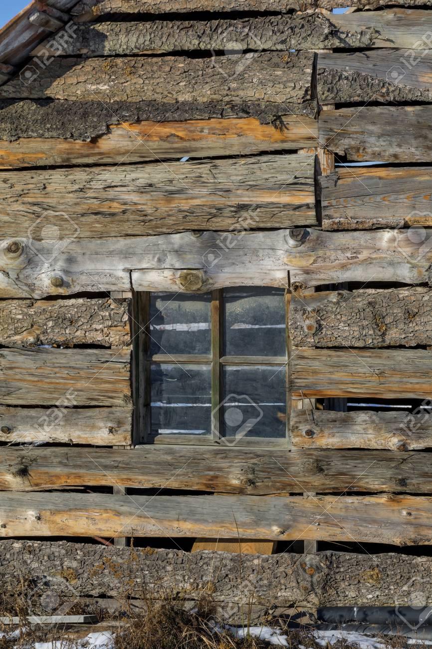 Ancien Cadre De Fenêtre Dans Un Mur En Bois Vintage Dans La Ferme