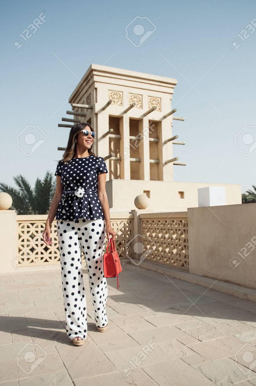 dubai, vereinigte arabische emirate, 02/02/2017, eine modische arabische  frau trägt modische designer-kleidung, herumlaufen traditionelle arabische