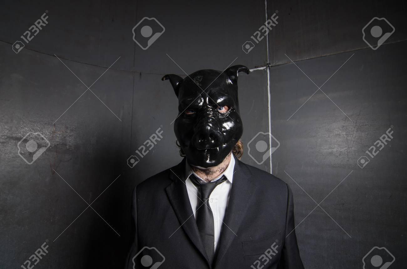 Große schwarze Schweine und Bälle