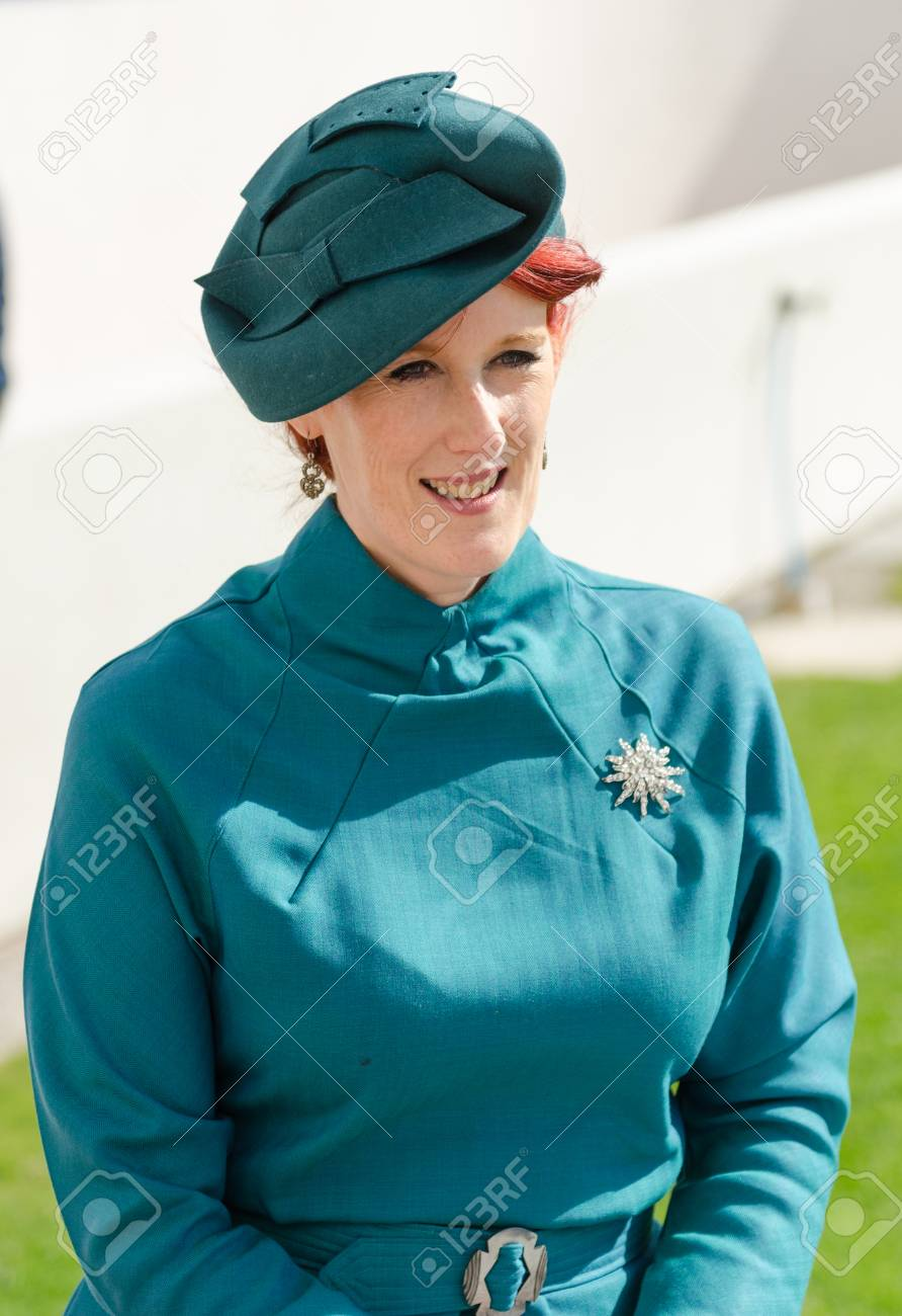 separation shoes 2f89d 74868 Londra, Inghilterra, 05/05/2017, Una donna alla moda vintage retrò elegante  con capelli rossi, abbigliamento blu degli anni '40 e una spilla d'argento  ...