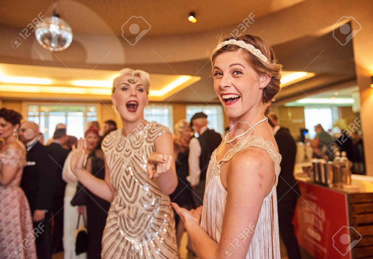 10/10/2018 london, england, Vintage retro Great gatsby girls dancing in formation , throwback retro dancing, nostalgic girls. art deco building. - 115285910