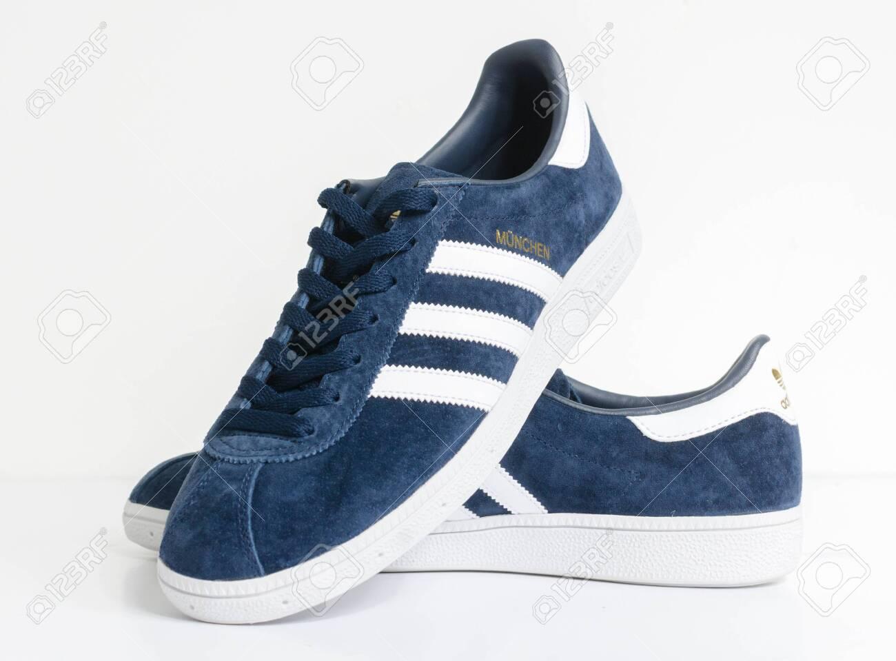 Organo Estación de ferrocarril Parcial  London, England, 05/05/2018 Adidas Munchen Gazelle Vintage Sneaker.. Stock  Photo, Picture And Royalty Free Image. Image 135656536.