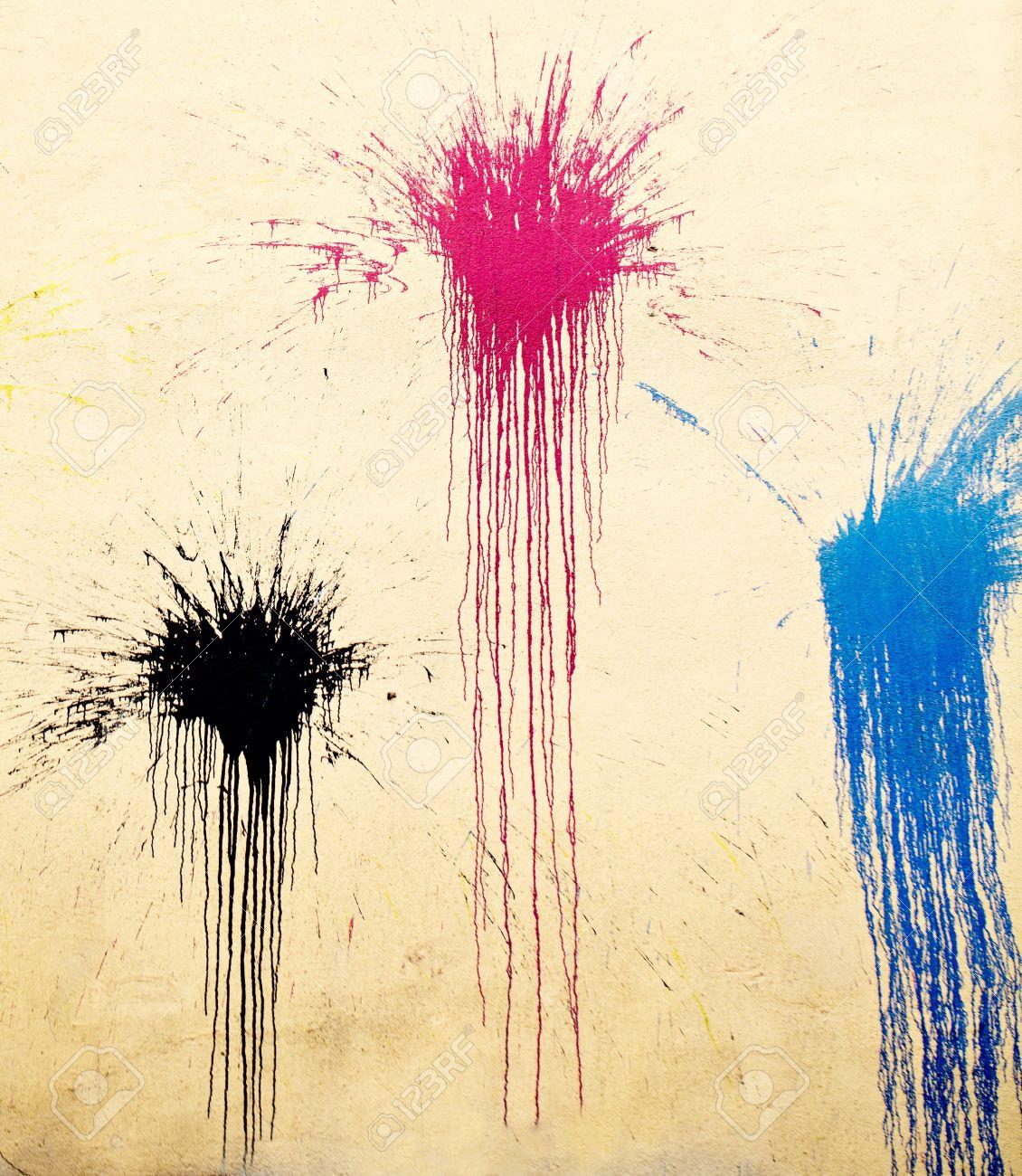 Gele muur met zwarte rode en blauwe graffiti street art vlekken ...