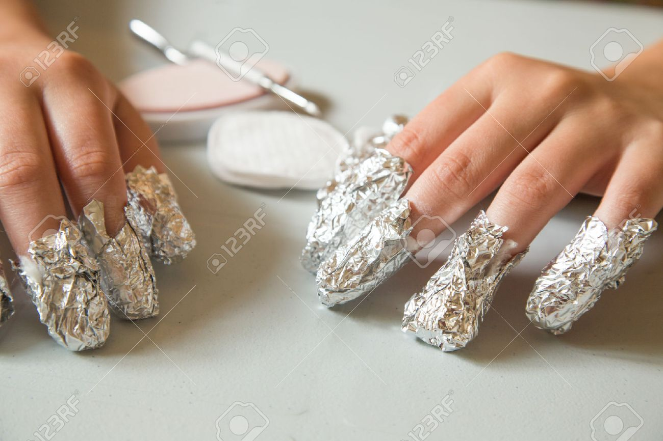 waiting for the shellac to soften. The nails are applied with acetone and wrapped in aluminum foil to remove shellac nails saefly at home - 30121135