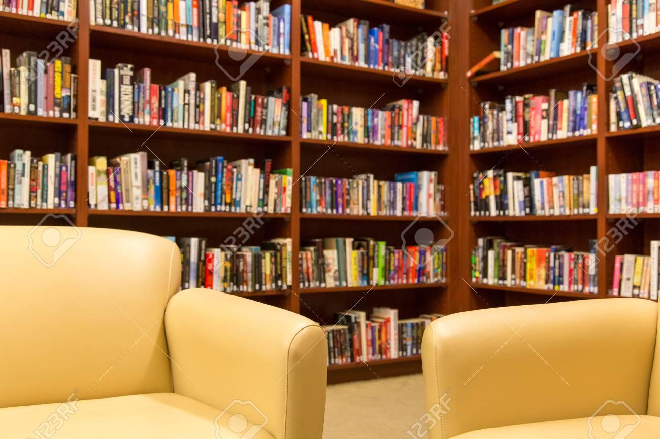 Faible Profondeur De Champ Axée Sur Les Chaises Avec Des étagères De Livres