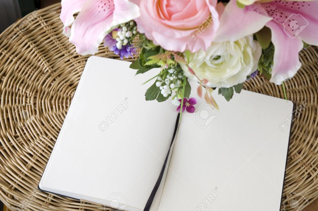 Dos Páginas En Blanco Con Flores De Color Rosa Fotos, Retratos ...