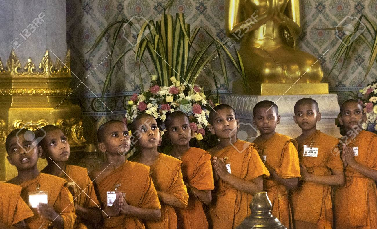 GOLDEN BUDDHA TEMPLE, BANGKOK, THAILAND, 28 SEPTEMBER 2014: A group of novice monks from the Meditation Education Training Treatment Academy (METTA) in India pray to the Gold Buddha during a visit - 32534363