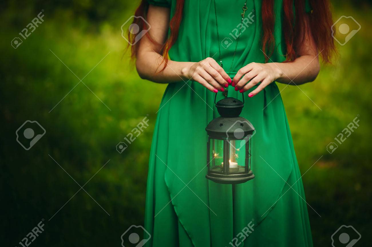 Рыжая девушка в зеленом платье 21 фотография