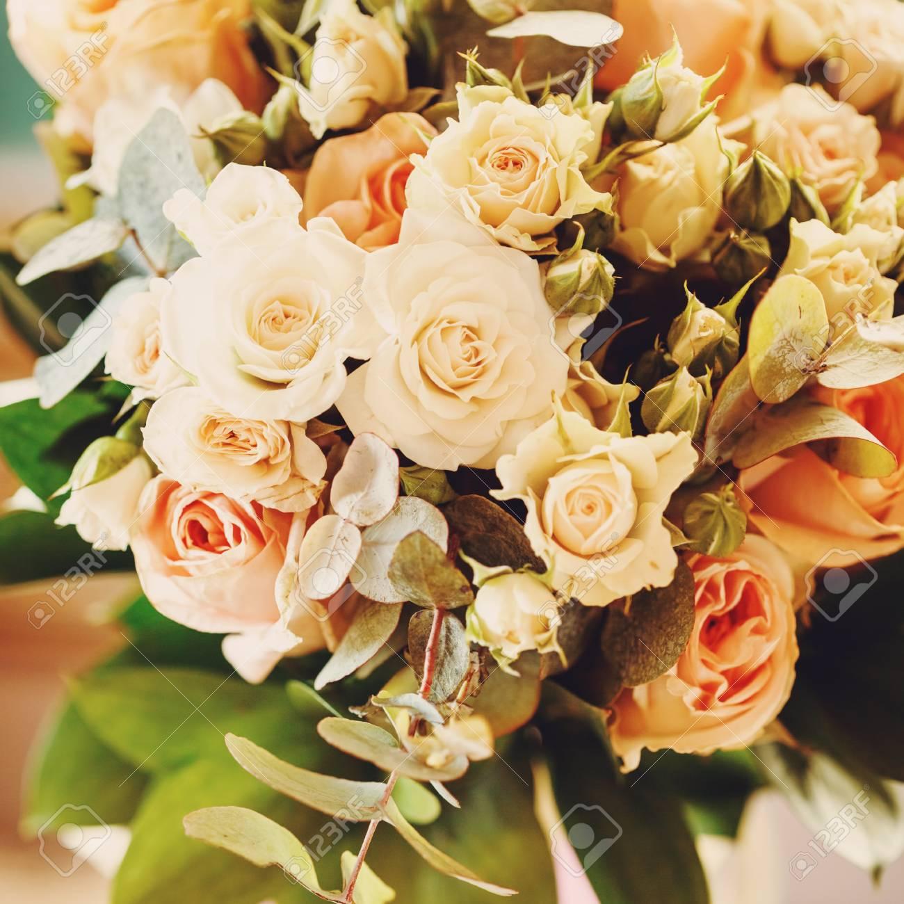 Frisches Bouquet Mit Weiß Und Creme Kleine Rosen Und Frischen Grünen ...