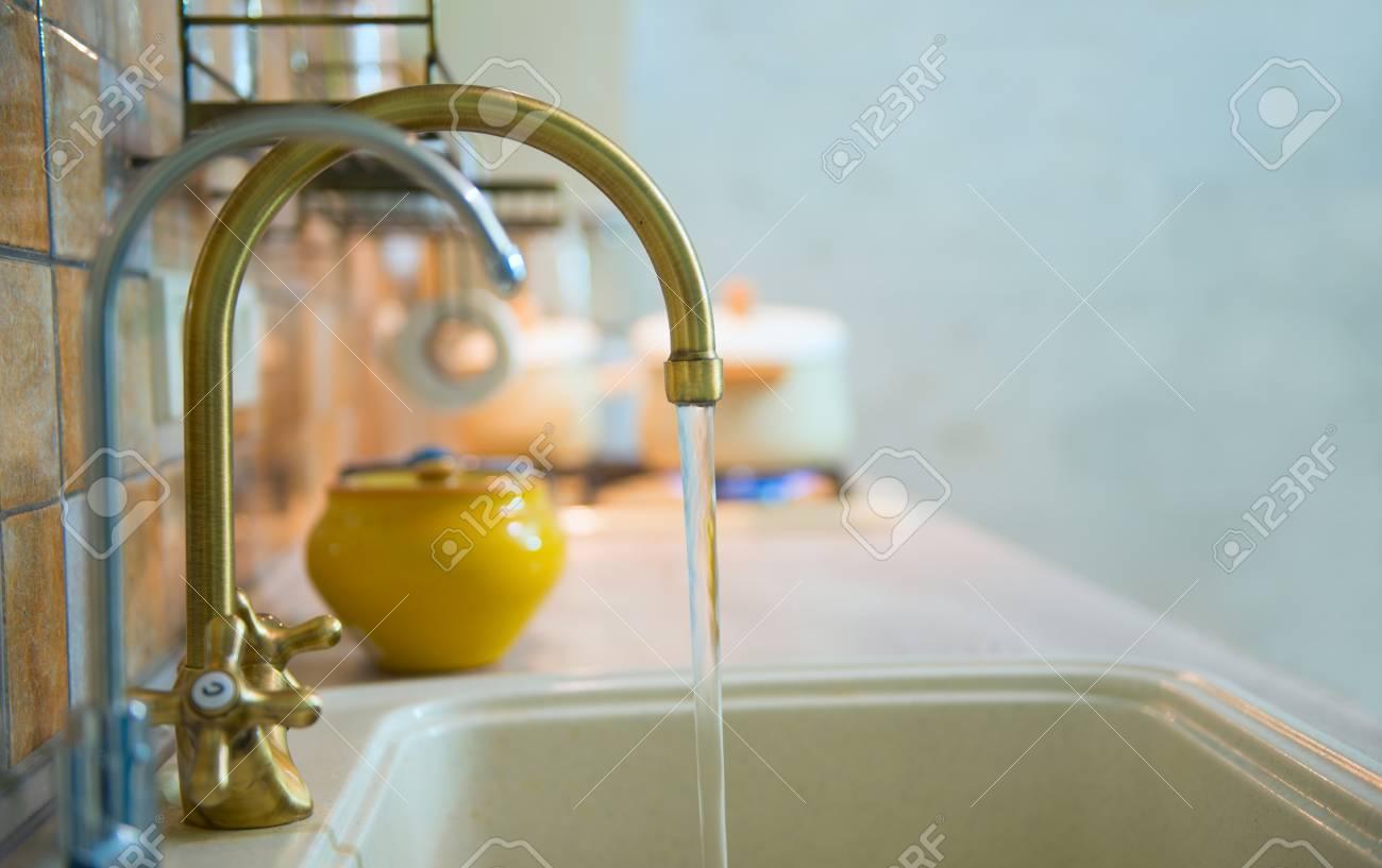 Modern, Trendy, Bronze Wasserhahn In Einer Neuen Modernen Küche. Aus ...