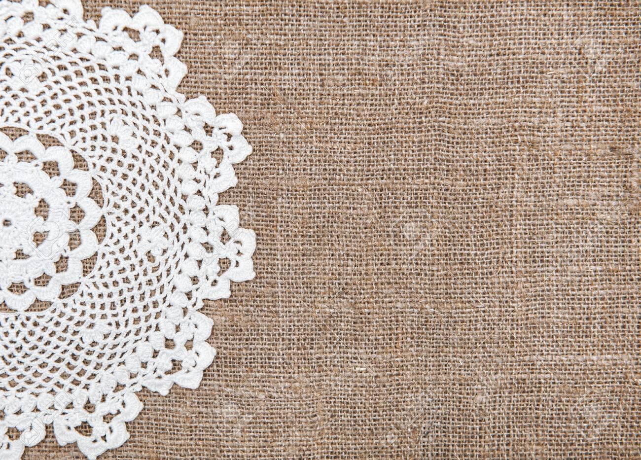 fondo de arpillera y tela de encaje blanco foto de archivo