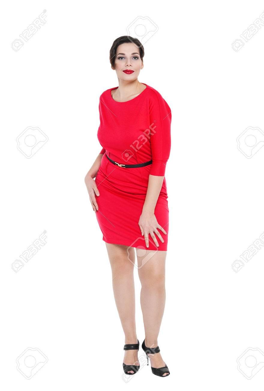a82b6b88b820a Foto de archivo - Hermosa mujer más tamaño en el vestido rojo posando sobre  fondo blanco