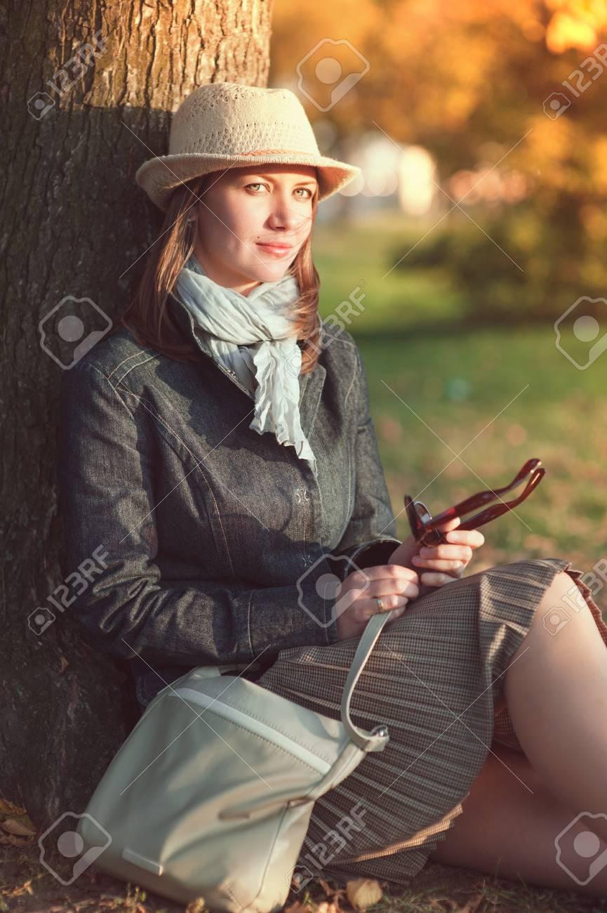 Banque d images - Belle jeune femme au chapeau et une écharpe profiter la  lumière du soleil en plein air 0bc49d96b12
