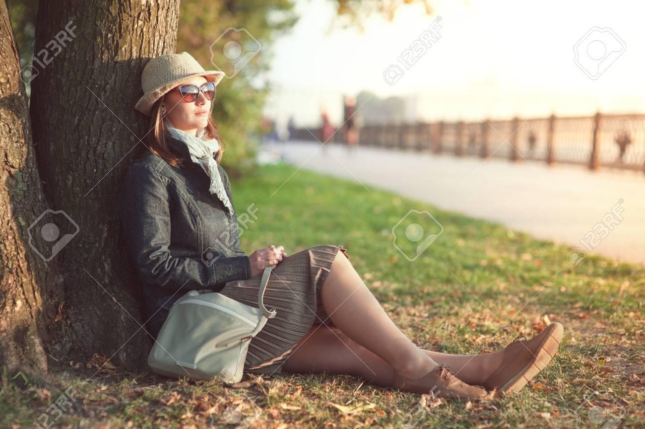 Banque d images - Belle jeune femme au chapeau et une écharpe profiter la  lumière du soleil en plein air dans la ville 3e4f9dd68dc