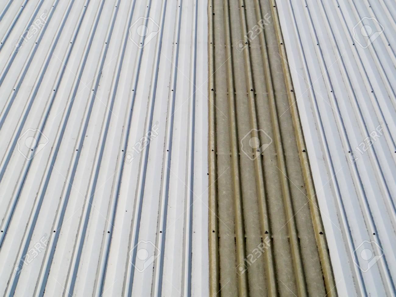 Couvrir Un Toit les feuilles d'aluminium utilisées pour couvrir le toit sont encore