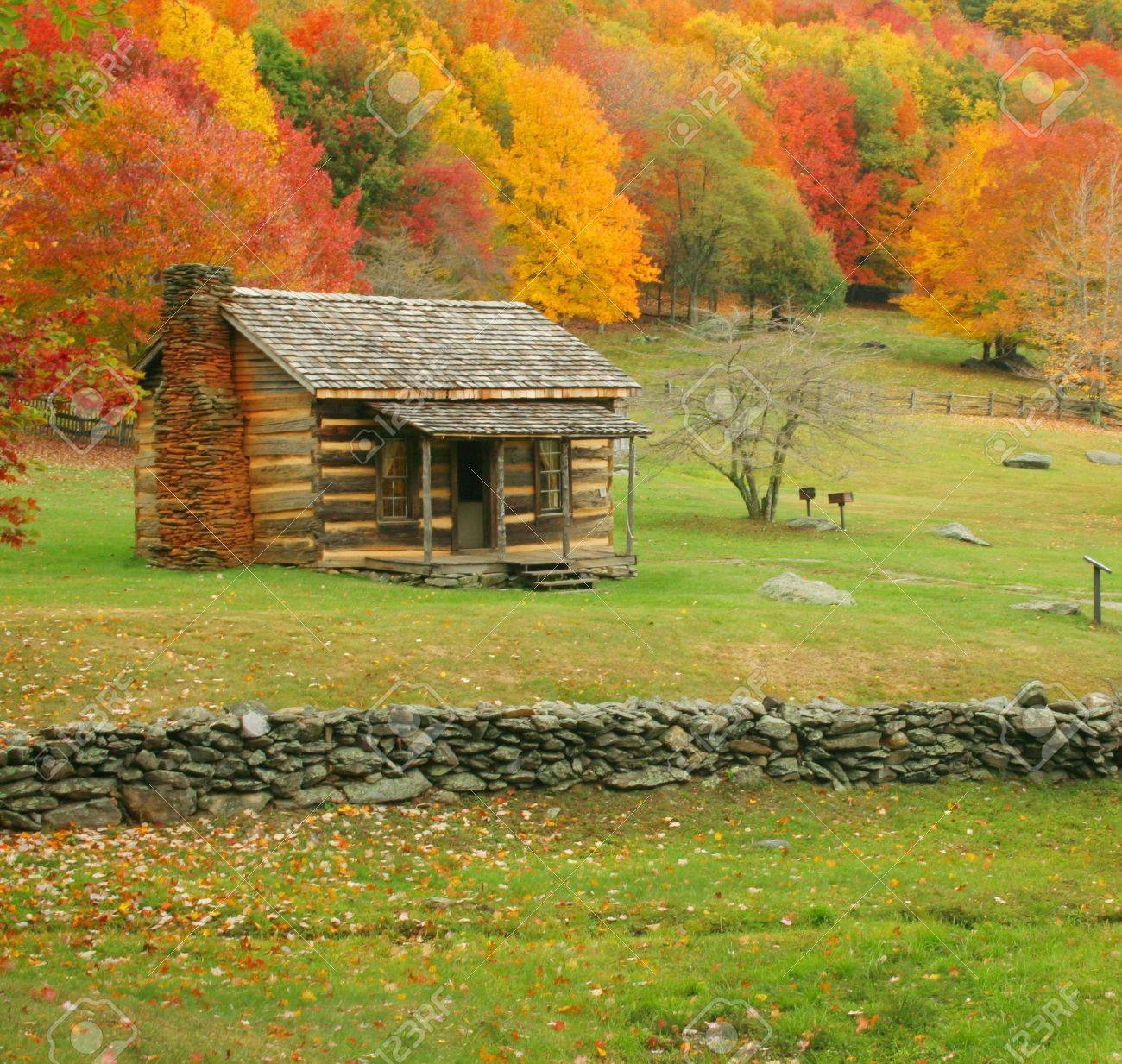 An old cabin during fall of the year in Virginia. Stock Photo - 5243357