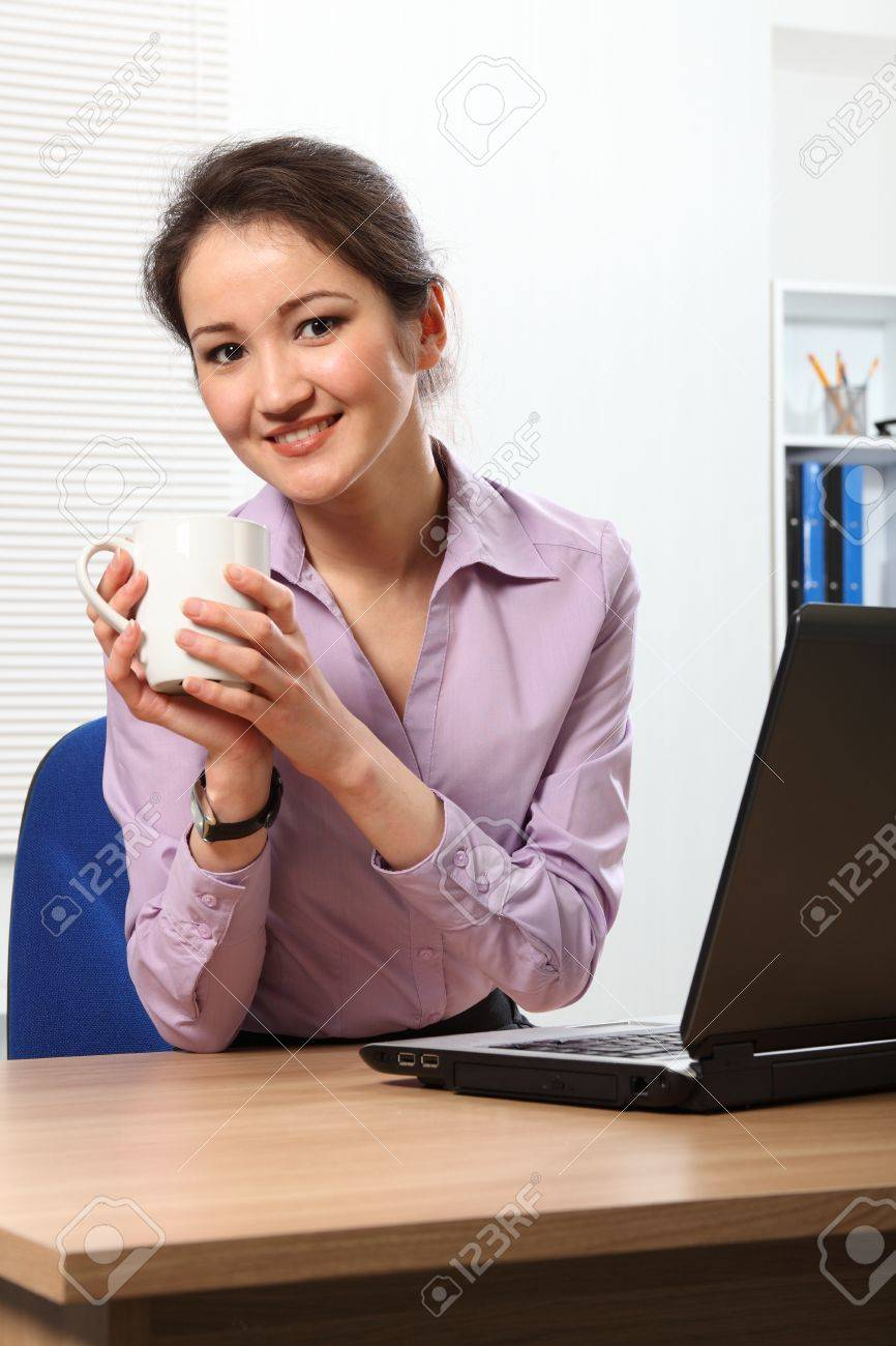 Coffee break for young Asian business woman Stock Photo - 9501866