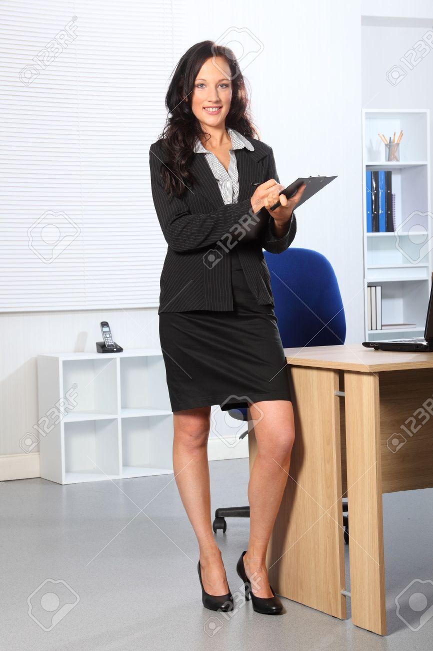 Beautiful Young Business Woman Standing In Office In Eine Zwischenablage Schreiben Sie Hat Ein Gluckliches Lacheln Auf Ihrem Gesicht Lizenzfreie Fotos Bilder Und Stock Fotografie Image 9746614