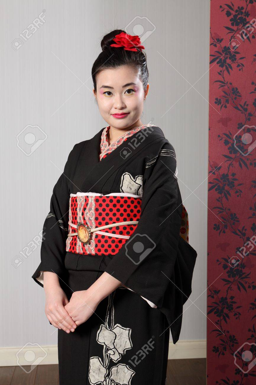843c329e2442 Banque d images - Belle jeune femme vêtue de noir oriental kimono  traditionnel japonais, un vêtement pleine longueur robe complète avec  ceinture obi.