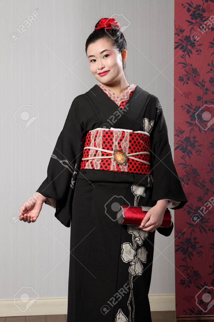 0642f2ea3c06 Belle Jeune Femme Vêtue De Noir Oriental Kimono Traditionnel Japonais, Un  Vêtement Pleine Longueur Robe Complète Avec Obi Ceinture, Un Sac à Main En  Satin ...