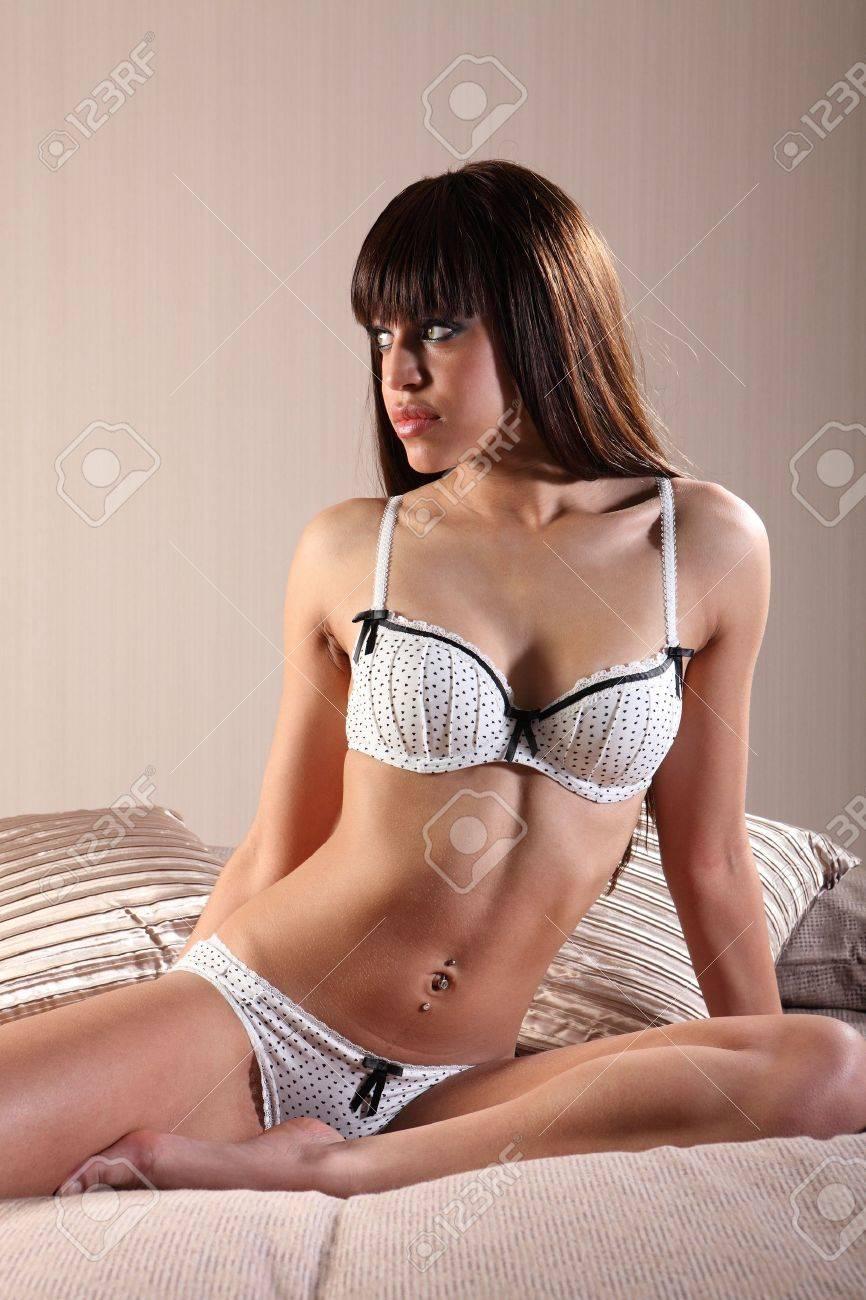 f3c38549aa Joven Y Bella Mujer De Raza Mixta Lencería Modelo Con Largo Cabello  Castaño