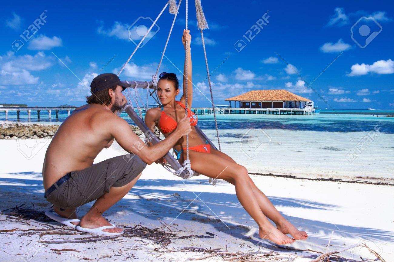 sole sole .. era ora - Pagina 12 7158009-Coppia-romantica-di-riposo-al-mare-delle-Maldive-Archivio-Fotografico