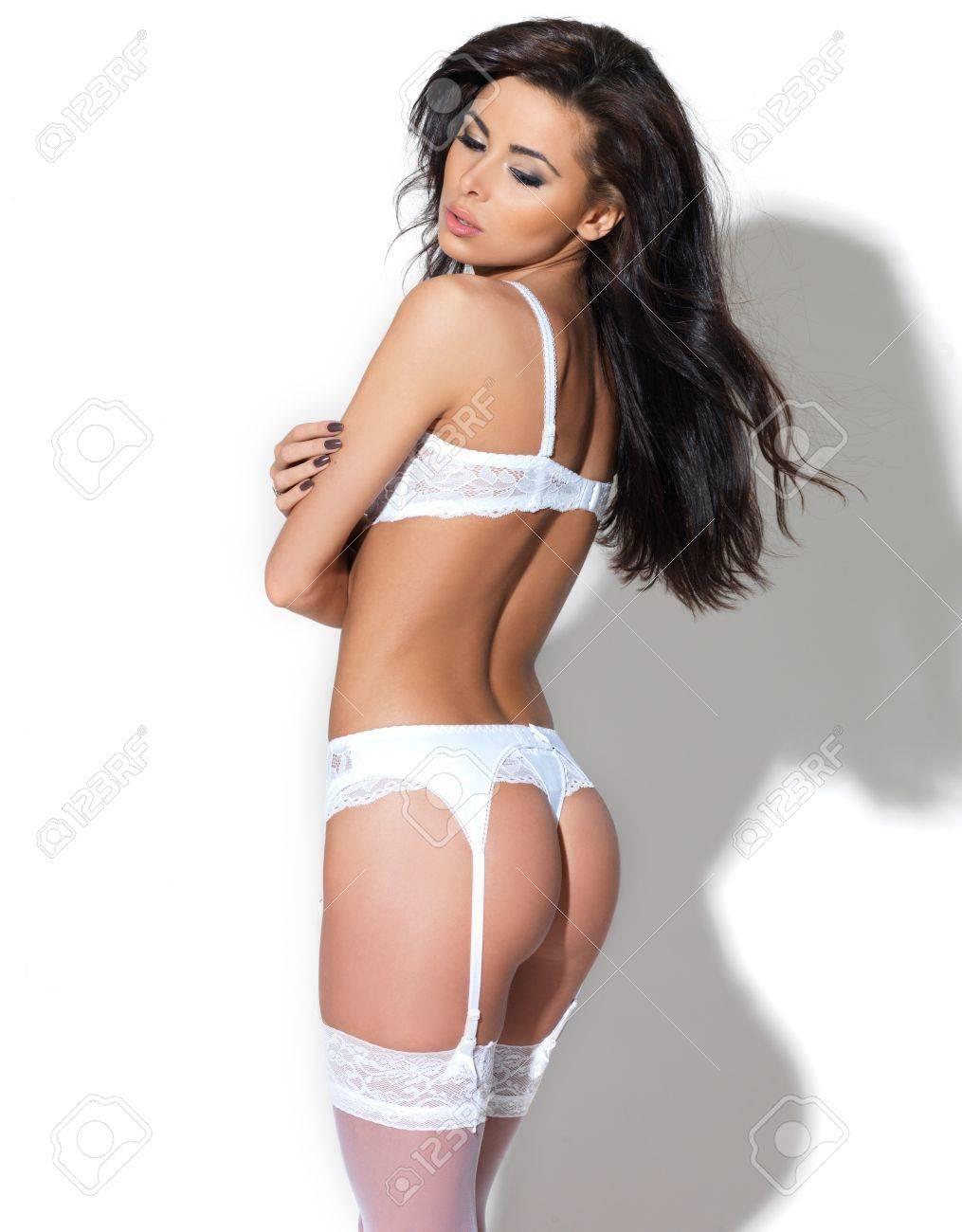 nuevo concepto 22ed9 a1b3f Hermosa novia en lencería blanca caminando en y posando