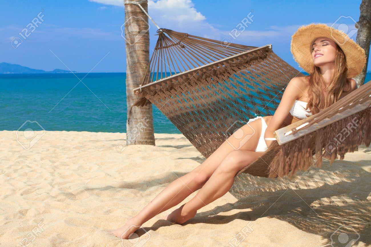 Фото женщин на пляже в бикини и без 16 фотография
