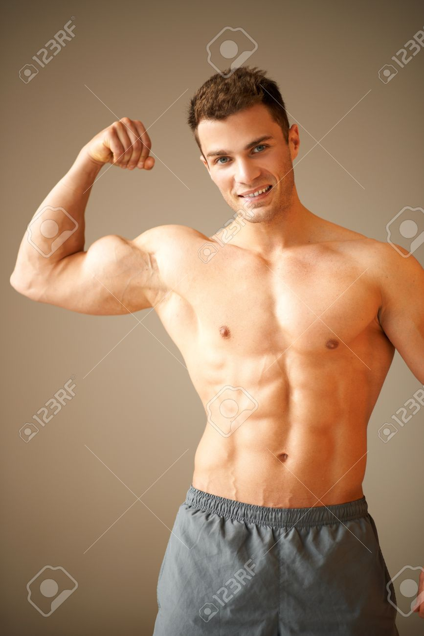 Homme Sportif Montre Brun D'un MuscléIl Biceps Portrait Ses Sur shtQrdC