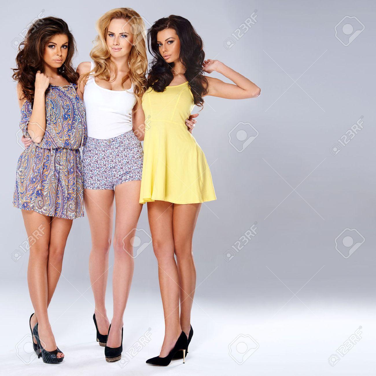 Tres Mujeres Jóvenes Elegantes Sexy En La Moda De Verano De Pie Del