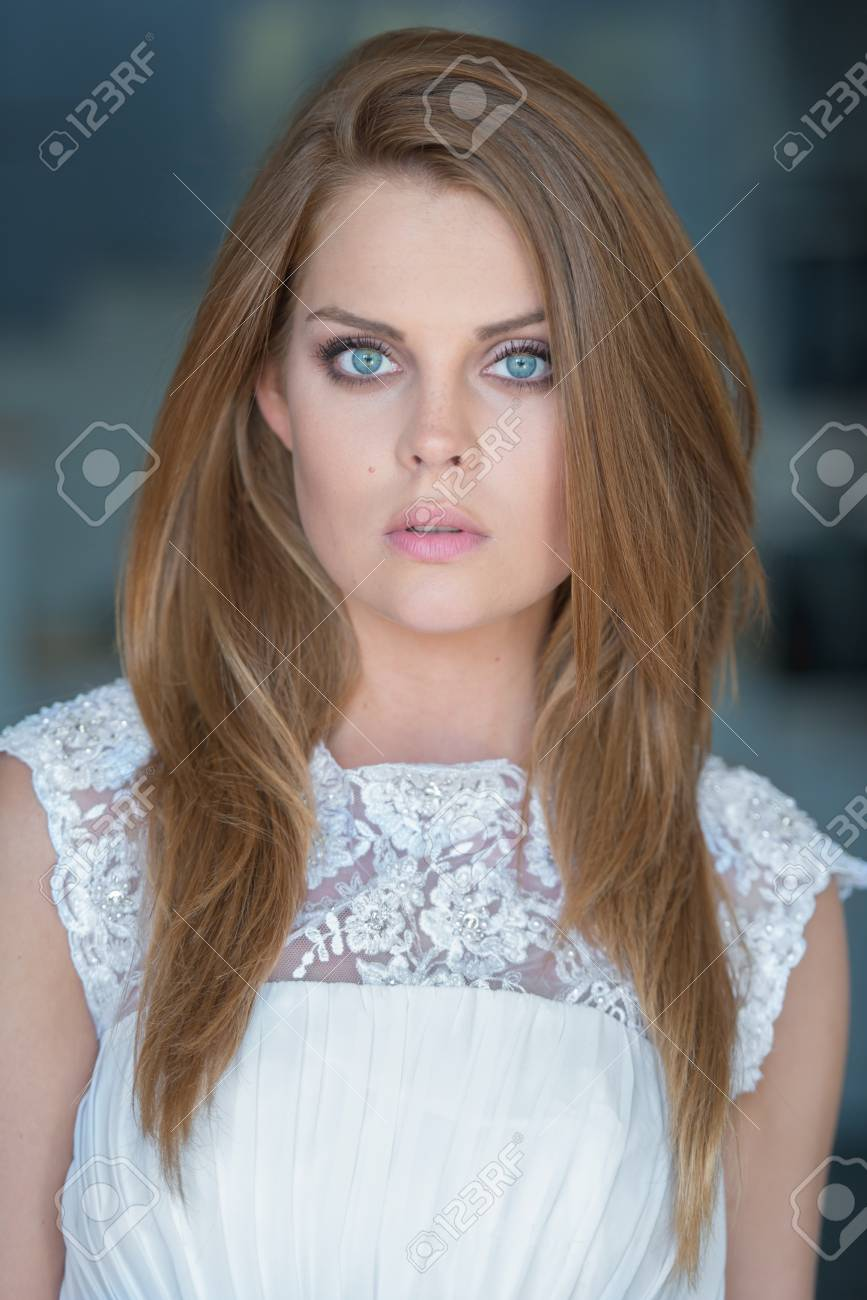 Serious Schöne Junge Frau Mit Langen Braunen Haaren In Einem