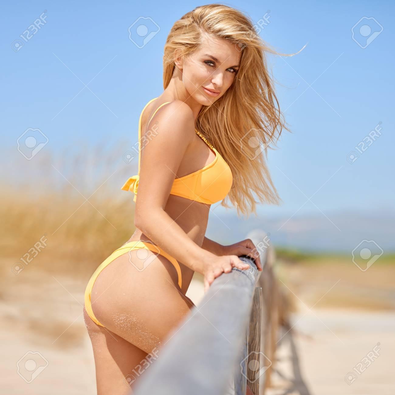 Fotos En Naranja Pie Chica Rubia Bikini Sobre La Vía De Playa D2HWEY9Ieb