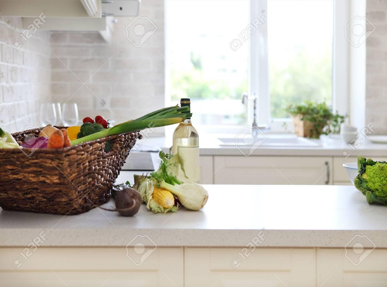 Klassische Weiße Küche Zu Hause Mit Gesunden Lebensmitteln ...