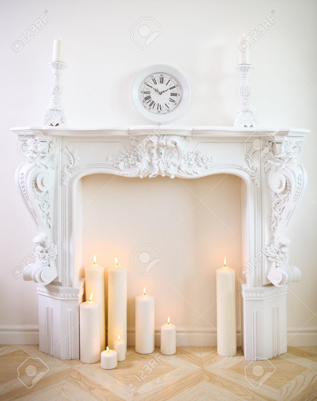 Weiss Dekokamin Mit Kerzen Lizenzfreie Fotos Bilder Und Stock