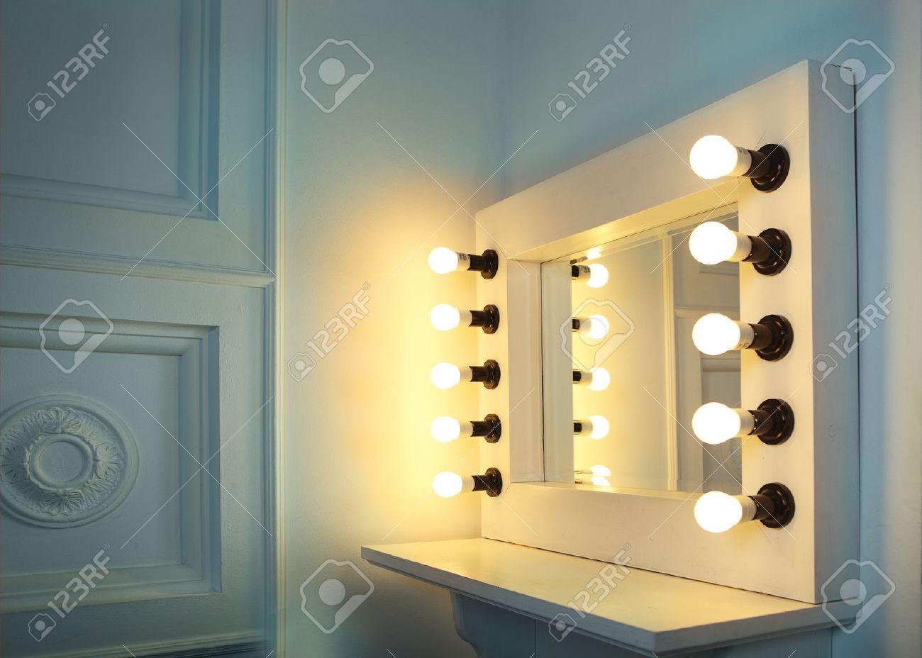Spiegel Make Up : Spiegel mit lampen für make up in der make up raum lizenzfreie