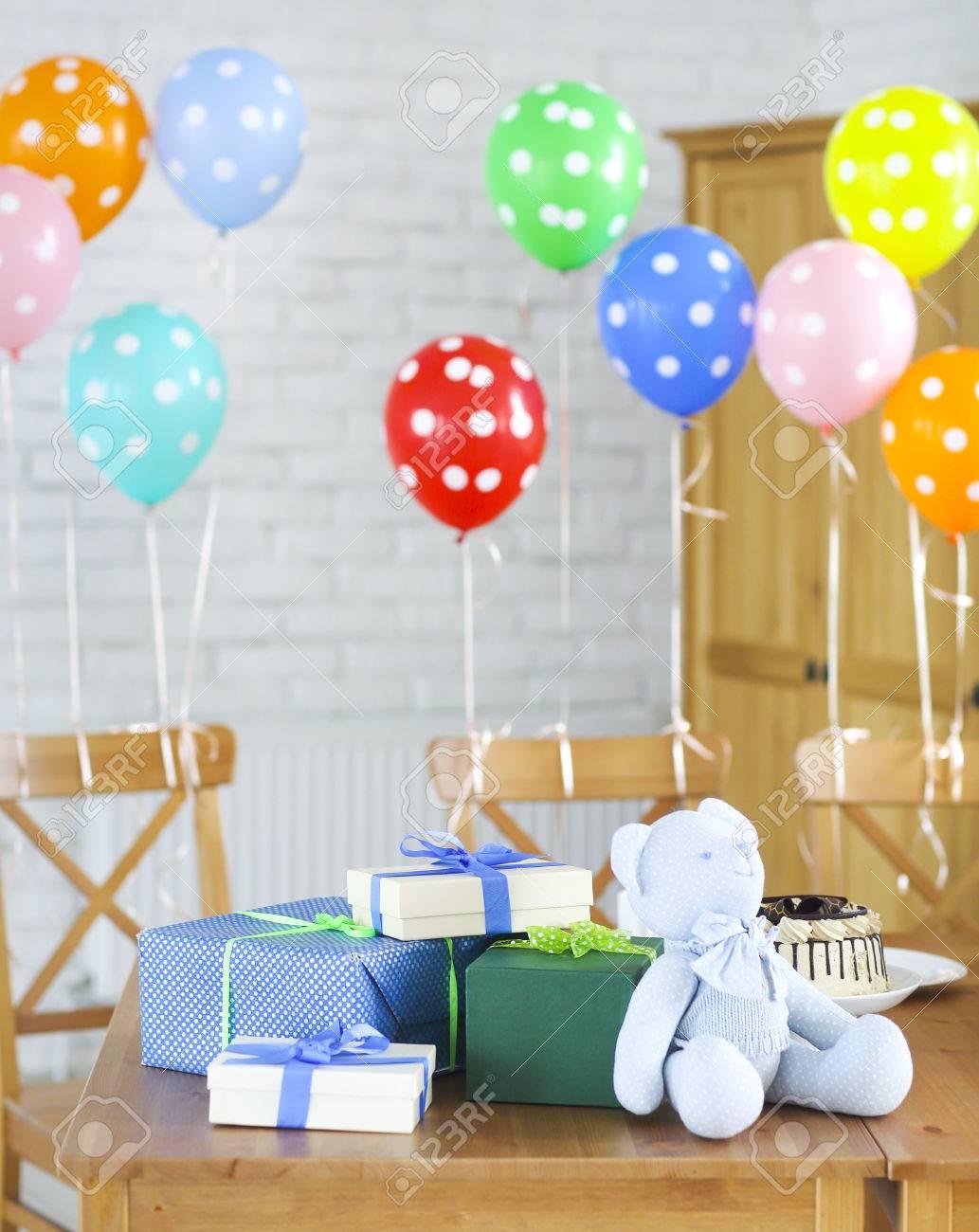 sweets et présente sur la table. décoré avec des ballons banque d