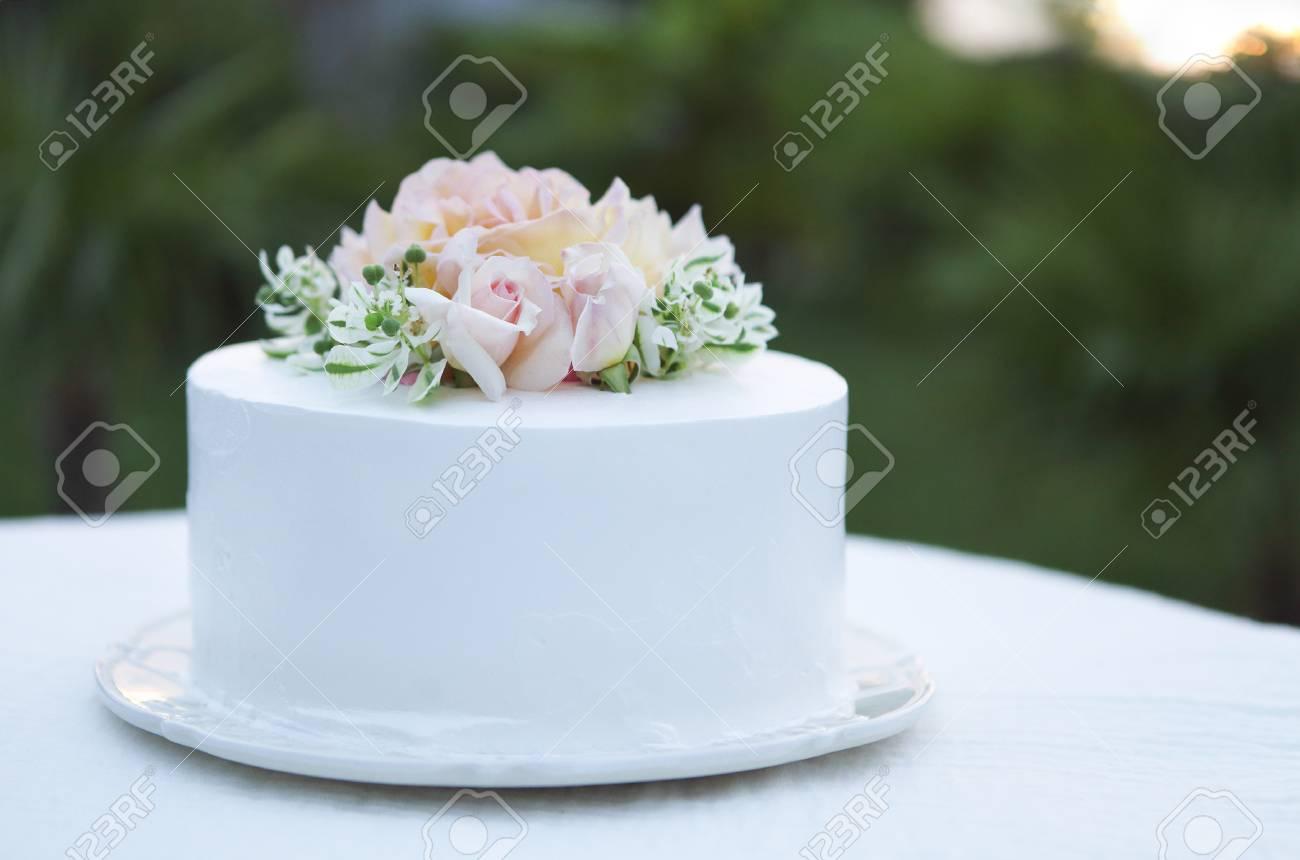 Hochzeitstorte Schon Mit Rosa Rosen Verziert Lizenzfreie Fotos