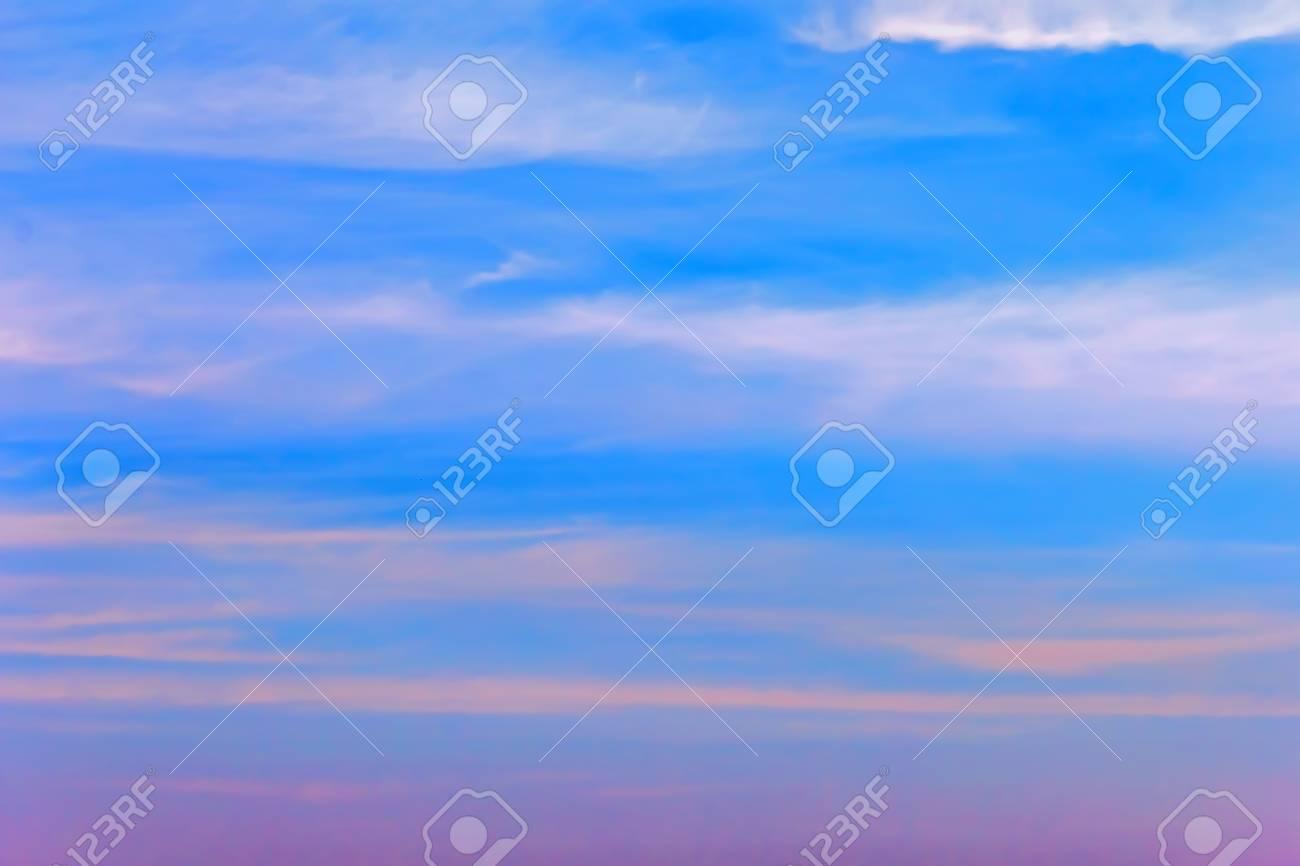 Belle Ciel Du Soir Bleu Avec Palette De Nuances De Couleurs Banque D